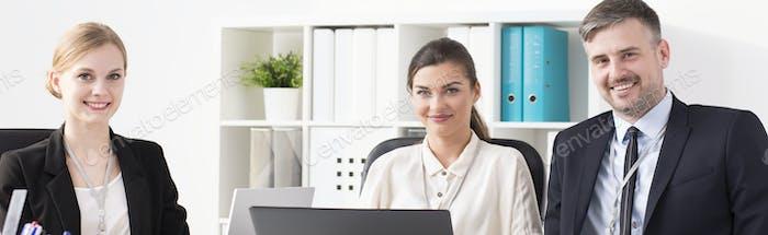 Коллеги, сидящие в офисе