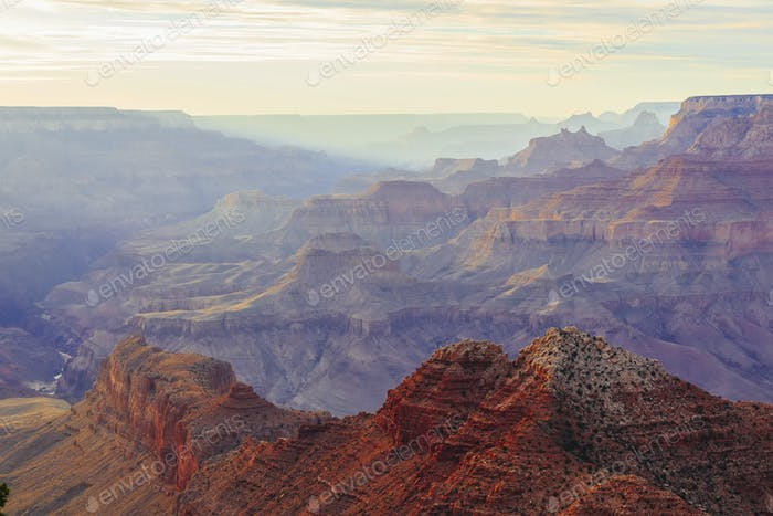 Grand Canyon bei Sonnenuntergang mit bunten Klippen, Arizona, USA