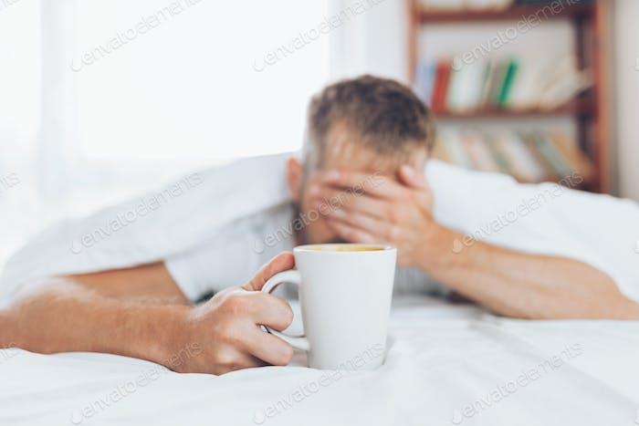 Mann versucht aufzuwachen am Morgen