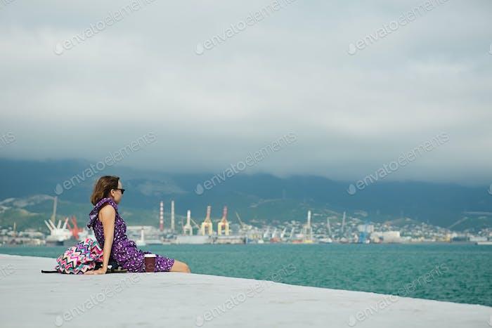Frau genießen Meerlandschaft am Wasser