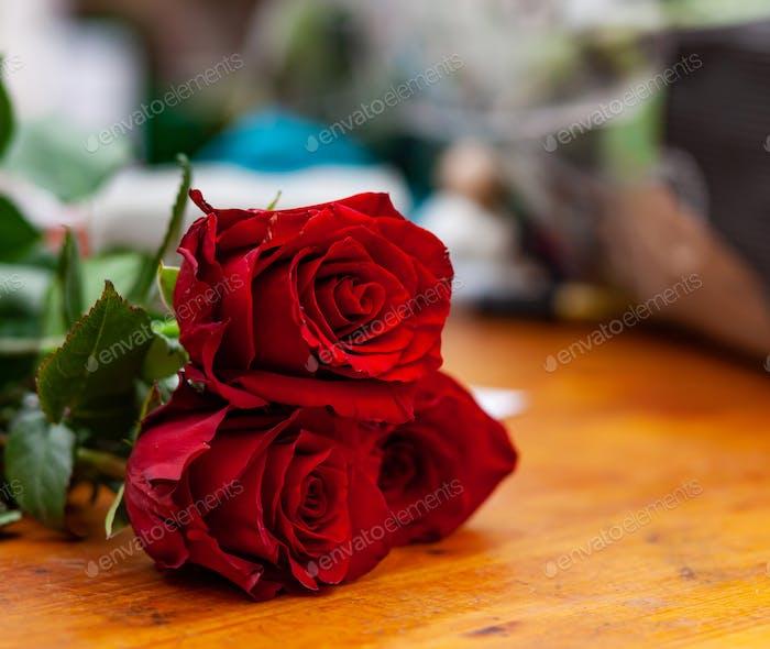 Rote Rosen sind auf dem Tresen im Blumenladen.