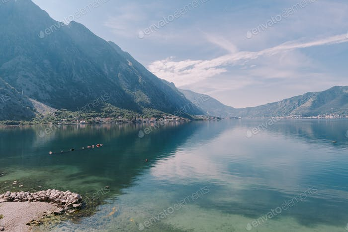 Schöne Bucht mit Bergen
