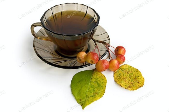 Tee in einer braunen Glasschale mit Äpfeln