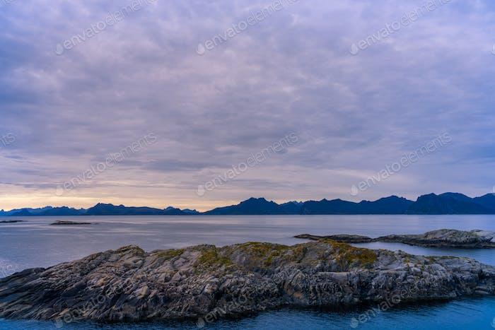Meer und Berge Landschaft in Norwegen