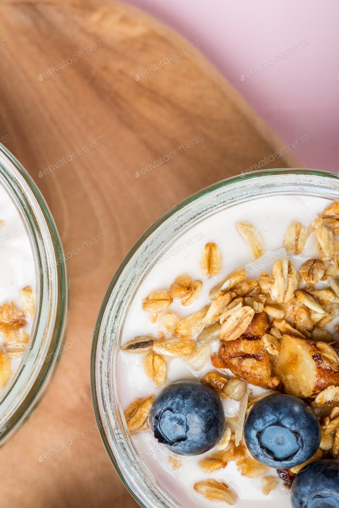 Joghurt mit hausgemachtem Müsli und Heidelbeeren