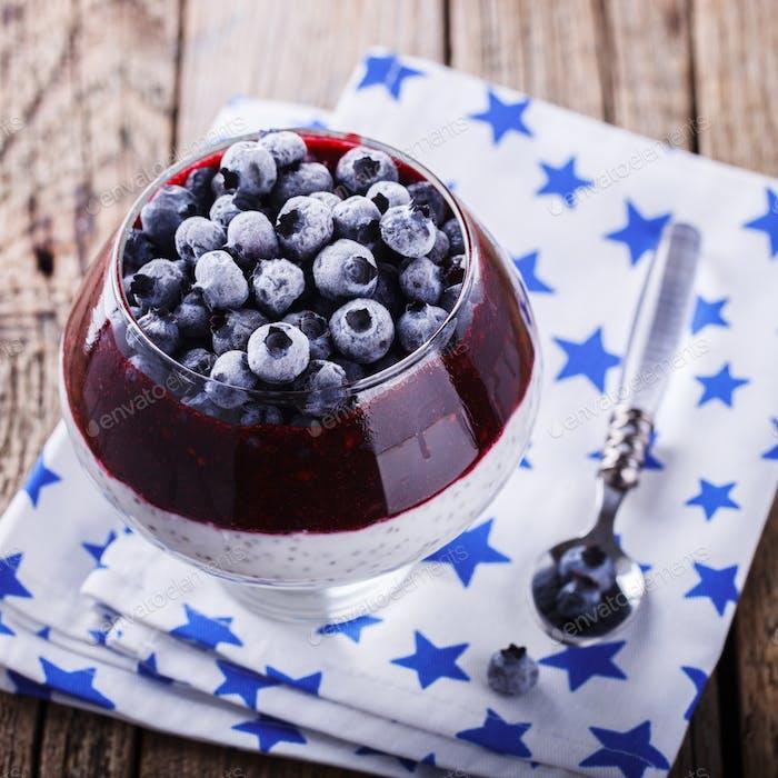 Joghurt, Pudding mit Chiasamen, Heidelbeeren und Marmelade.Dessert.Gesundes Essen