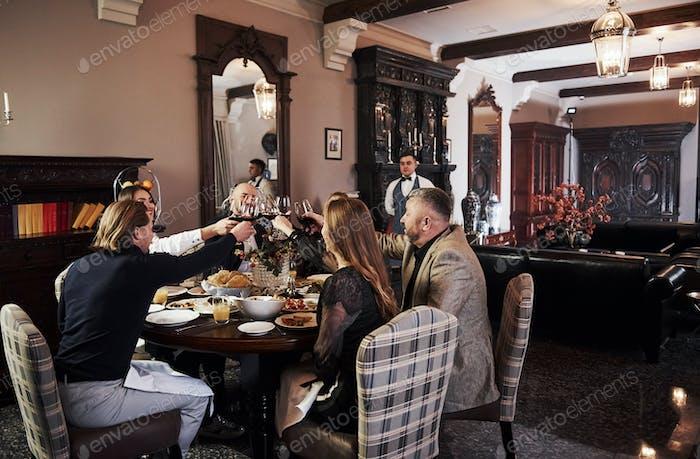 Familienfreunde haben schöne Zeit in schönen Luxus moderne Restaurant