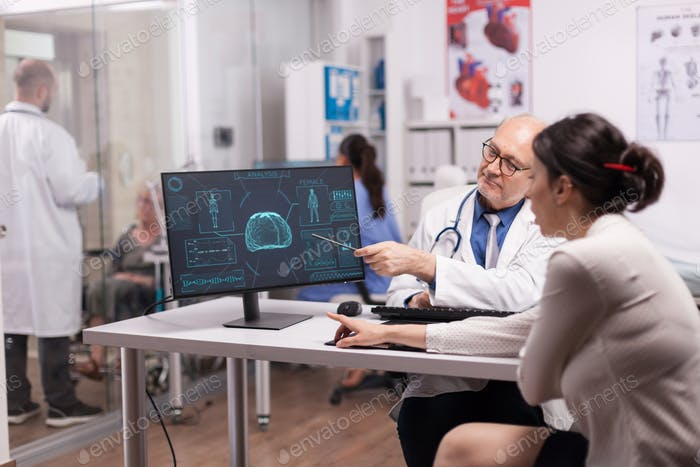 Reife Arzt erklärt Röntgen