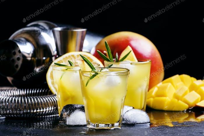 Alkoholischer Cocktail, Mango Rum Collins, mit Sirup, Zitronensaft, Ginger Ale und Eis
