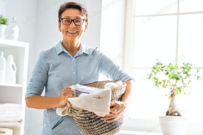 Frau tun Wäsche zu Hause