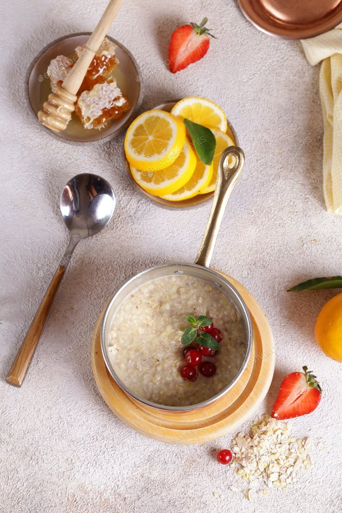 Oatmeal with Berries and Honey