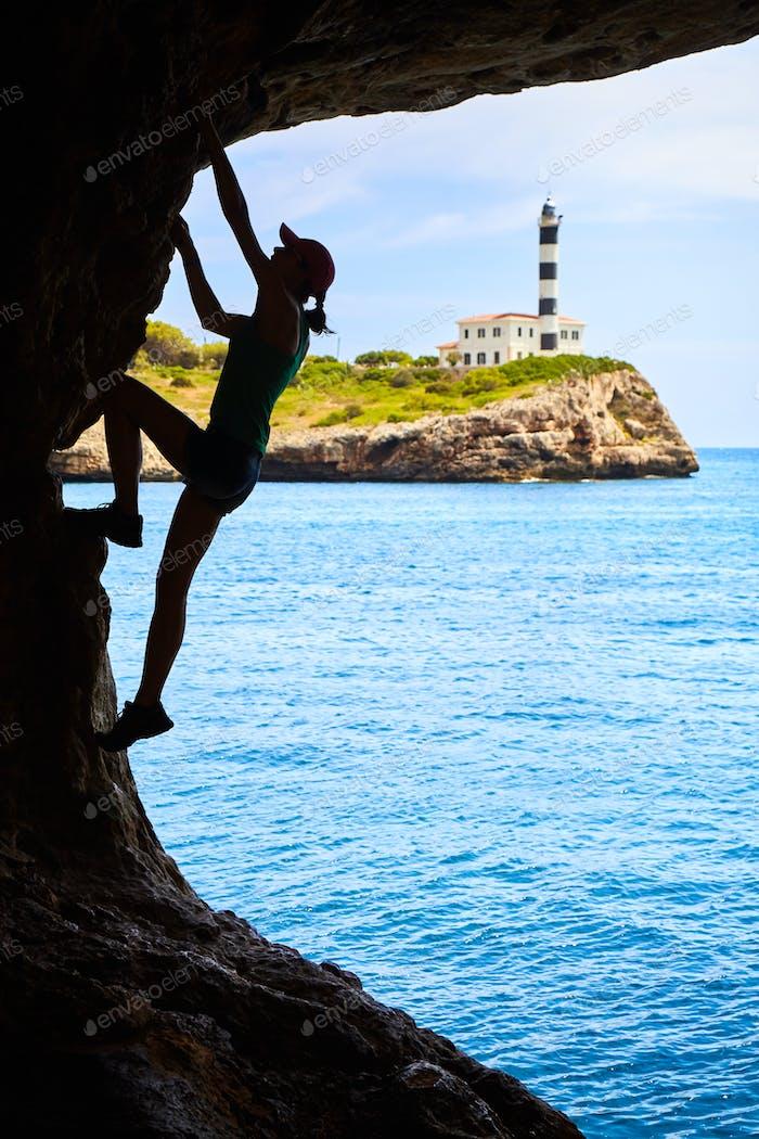 Weibliche Sportlerin klettern in einer Höhle.