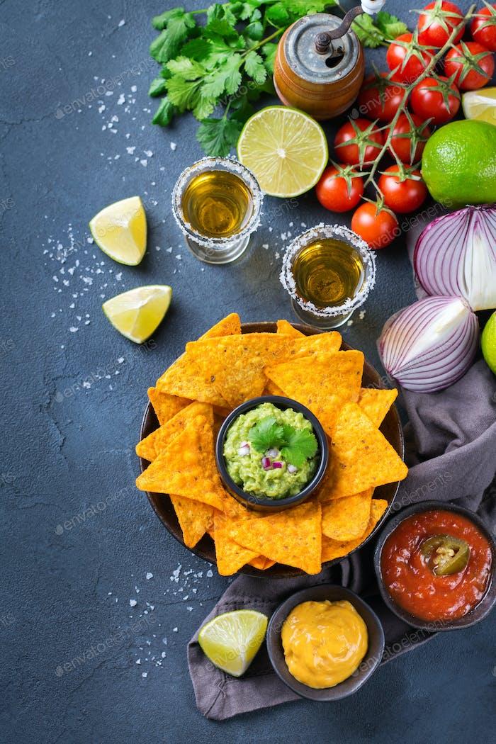 Corn-Tortilla Chips Nachos mit Guacamole, Chili, Käse Salsa, Tequila