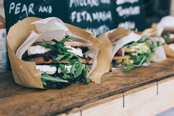 Vegetarisches Sandwich mit Ziegenkäse zum Mitnehmen