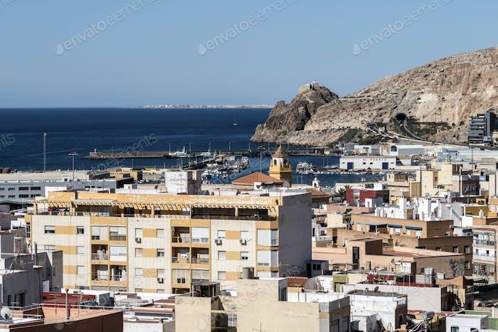 Blick von der Festung der maurischen Häuser und Gebäude entlang des Hafens von Almeria, Andalusien, Spanien