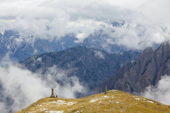 Caminantes y monumento en los Dolomitas en Italia