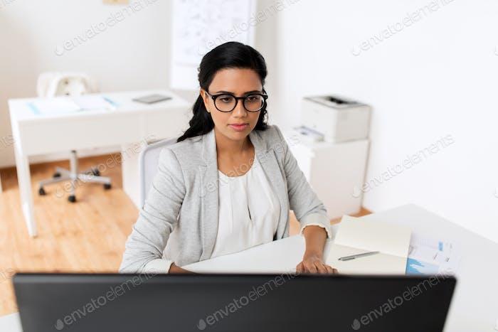 mujer de negocios con Ordenador Trabajo en oficina