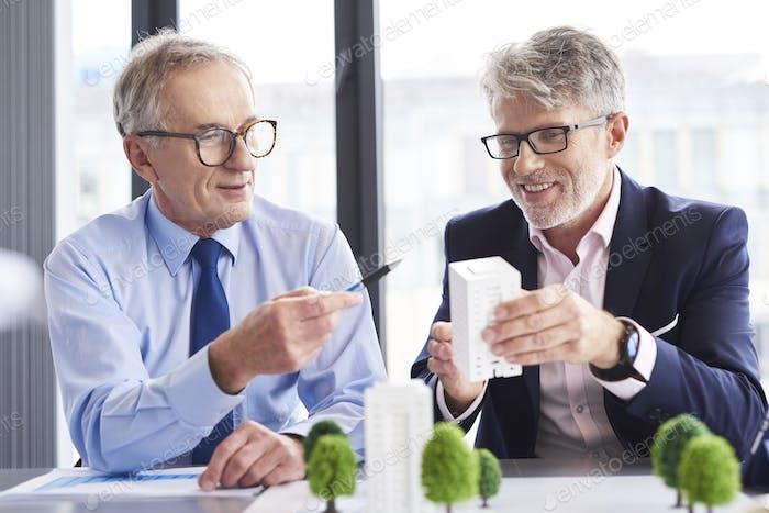 Socios comerciales que tienen una conversación en la oficina