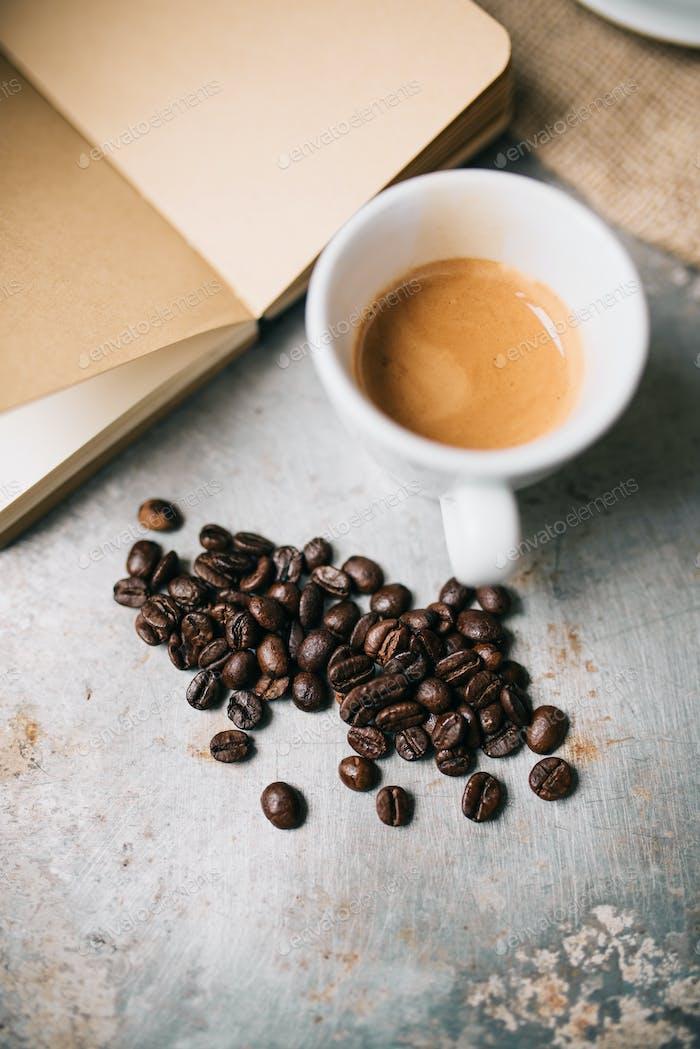 Frische Espresso und Kaffeebohnen