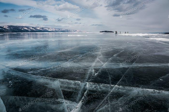 Landschaftsansicht der gefrorenen Fluss und Berge im Winter, Russland, Baikalsee
