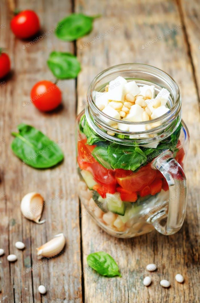 Weiße Bohnen Gurke Tomaten Paprika Feta Spinat Salat in einem j