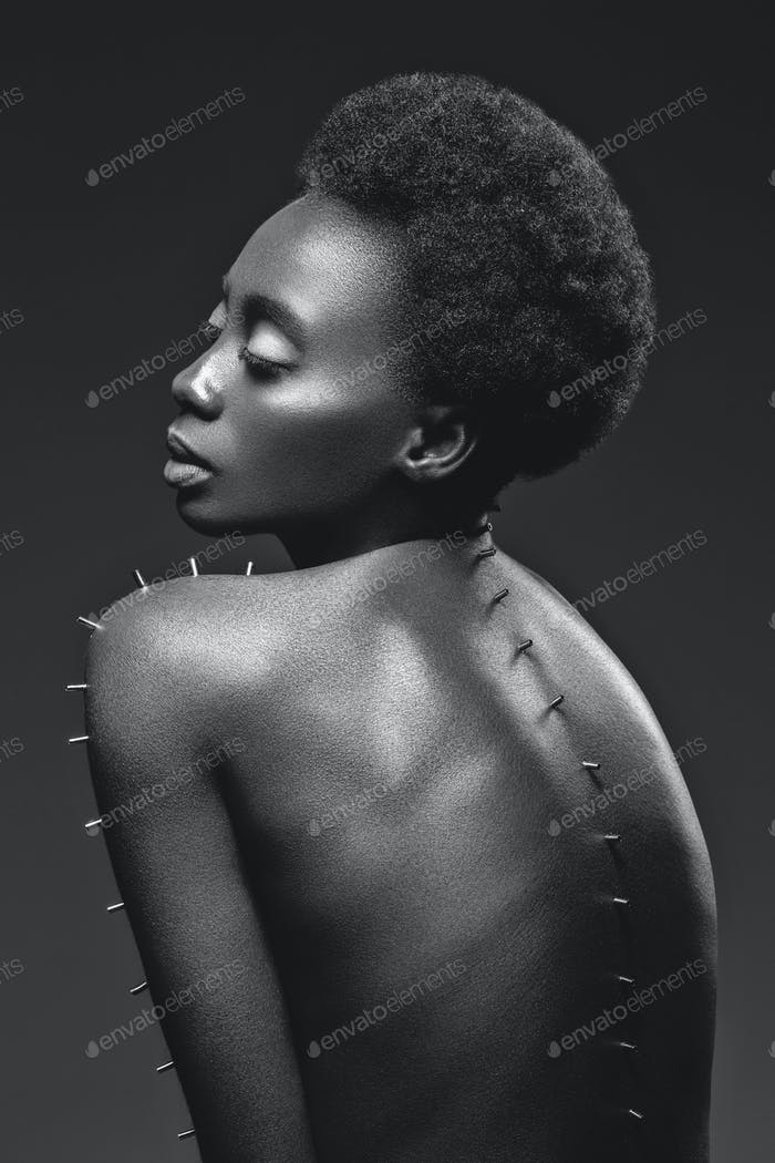 Hermosa chica negra con alfileres de Metal