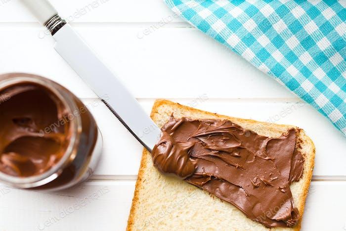 Schokoladenaufstrich mit Brot