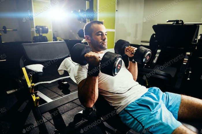 Bodybuilder Pumpen Hände im Fitnessstudio