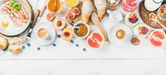 Frühstückssnacks und Getränke auf weißem Holzhintergrund