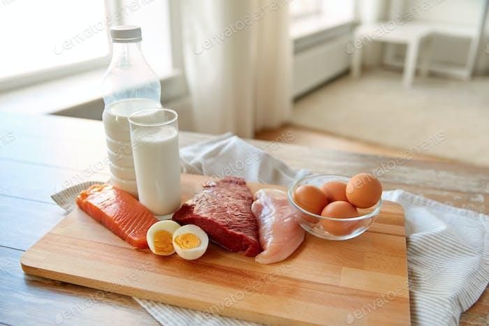 natürliches Eiweißfutter auf Holztisch
