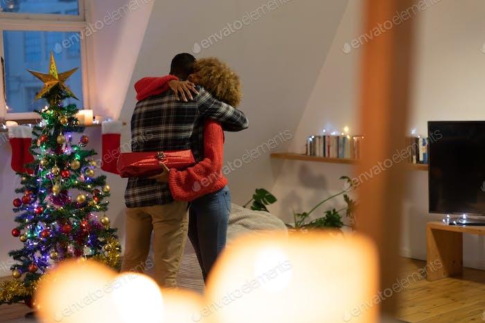 Millennial erwachsene Freunde feiern Weihnachten zusammen zu Hause
