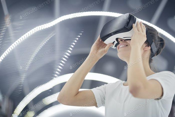 Mujer usando gafas virtuales