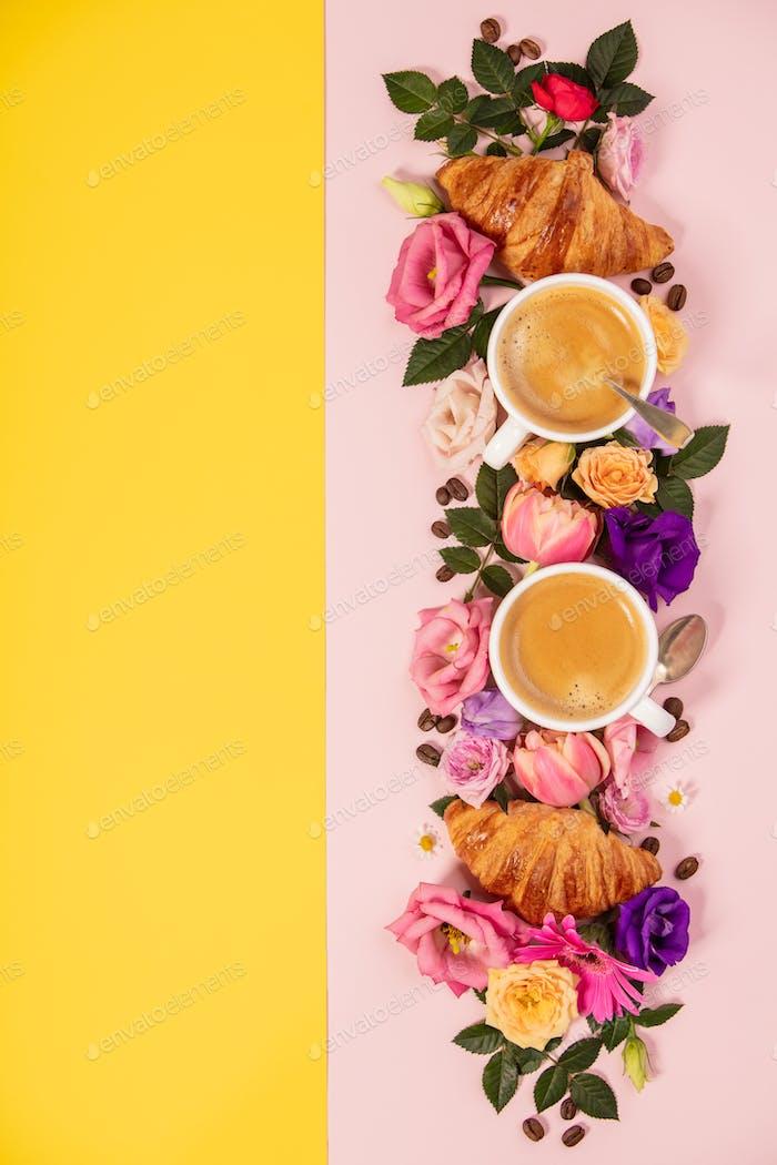 Morgenkaffee, Croissants und eine schöne Blumen. Flache Laien st