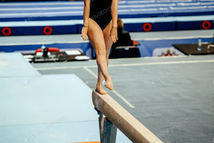 balance beam woman gymnast