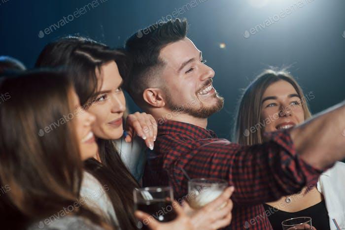 Freunde machen Selfie im schönen Nachtclub