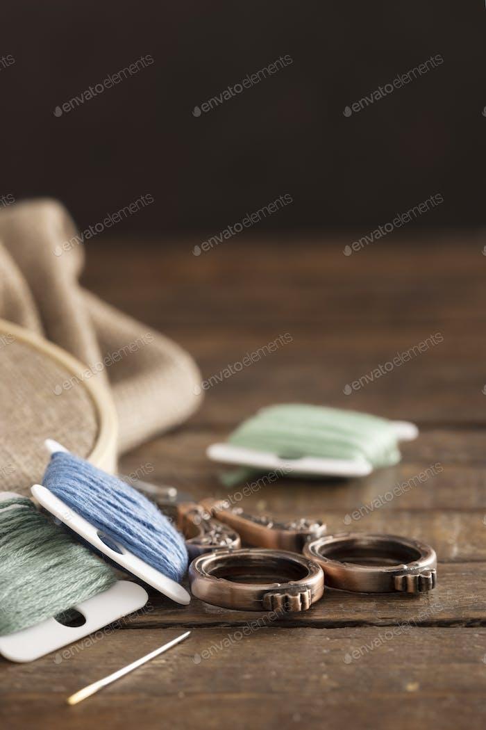 Llaves de hilo dental bordado con tijeras y espacio de copia