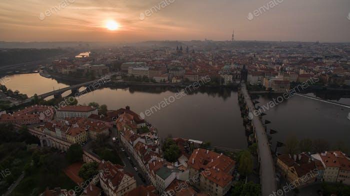Luftaufnahme von Prag und Moldau bei Sonnenuntergang