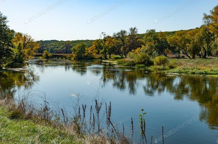 Malerische Landschaft eines ruhigen, sauberen Flusses