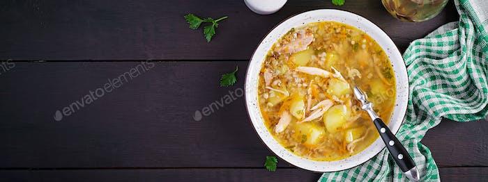 Hühnersuppe mit Kartoffeln und Buchweizen. Draufsicht, Banner