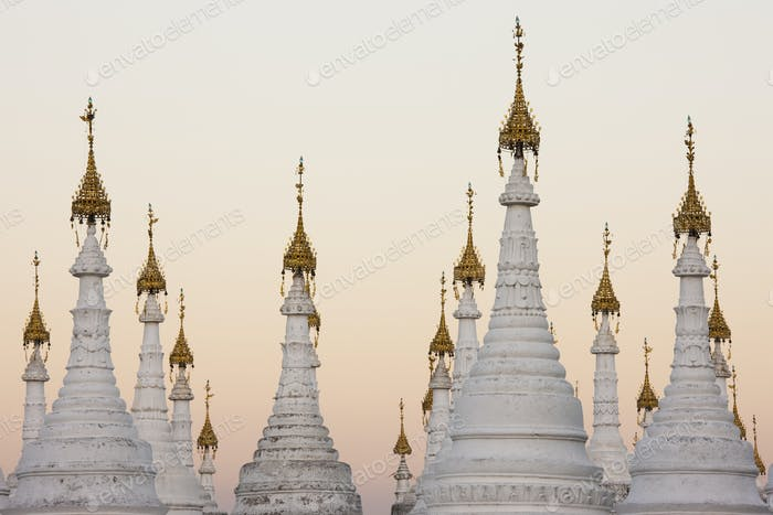 Weiße Stupas in Kuthodaw Pagode, Mandalay, Myanmar