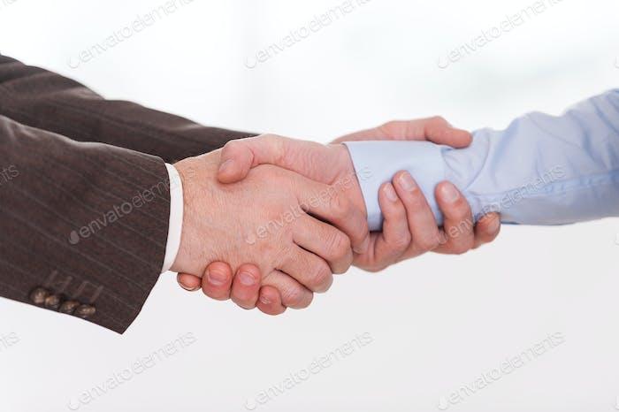 Apretón de  manos. Primer plano de dos hombres de negocios que dan la mano