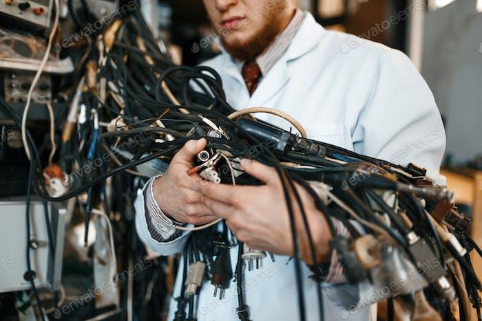 Ingenieur hält eine Reihe von Drähten im Labor