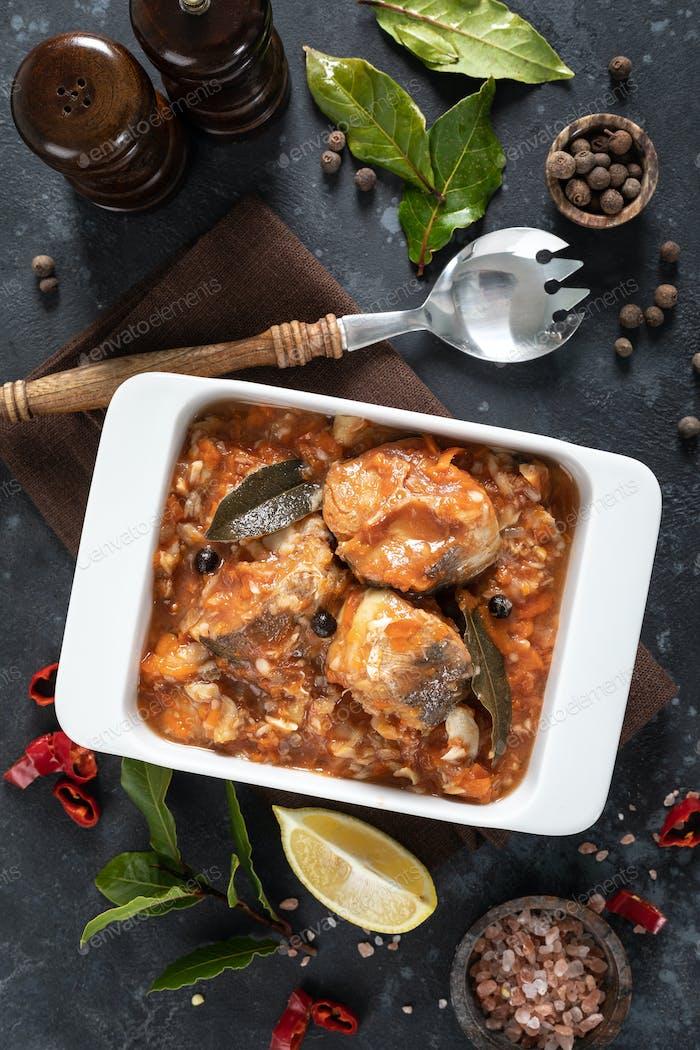 Seehecht Fisch, gekocht in Tomatensauce mit Gemüse und Gewürzen