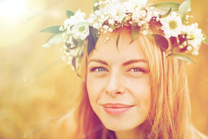 femme heureuse en couronne de fleurs