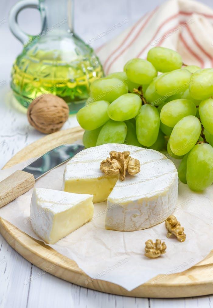 Weicher Brie Käse mit süßen Trauben und Nüssen Nahaufnahme