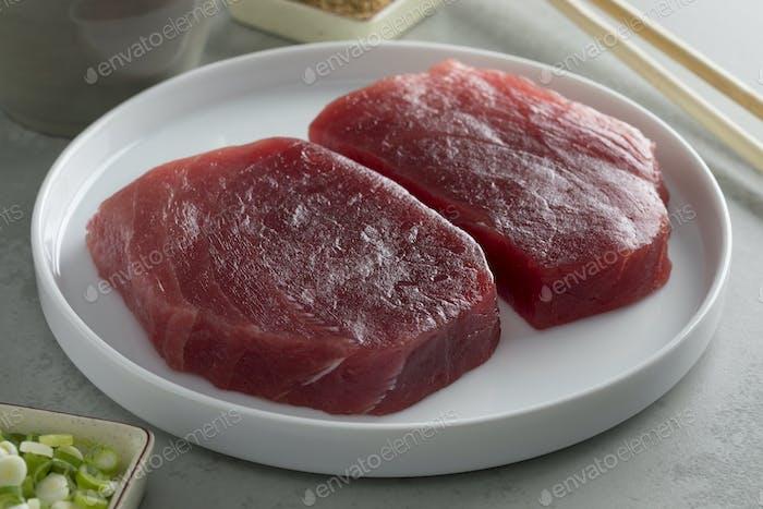 Gericht mit frischen rohen Gelbflossen-Thunfischsteaks