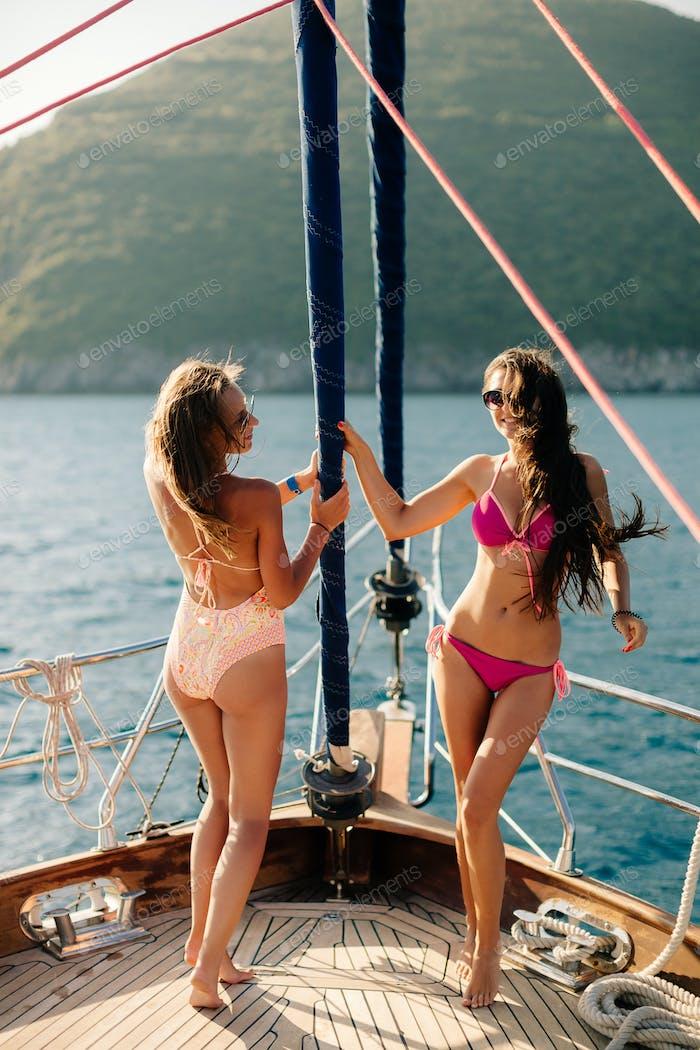 freudige Frauen yachting