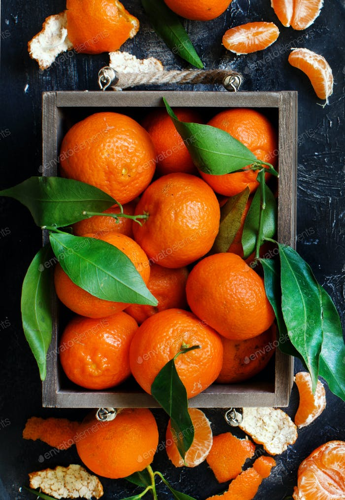Mandarins with leaves in a box