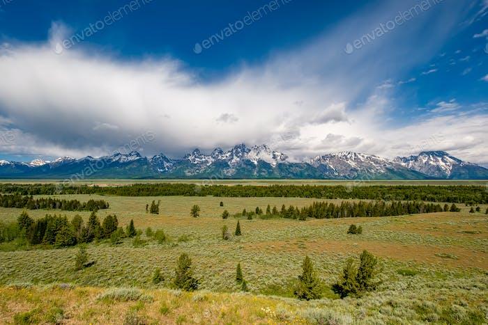 Grand Teton Mountains mit niedrigen Wolken