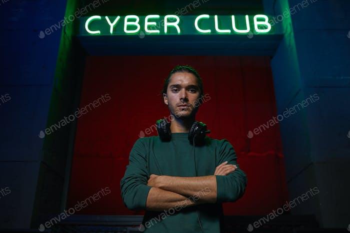 Компьютерный геймер в клубе